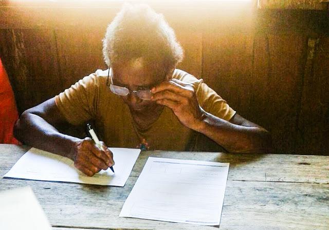 Cooperada assina a DAP (Foto: Arquivo CEQMO)