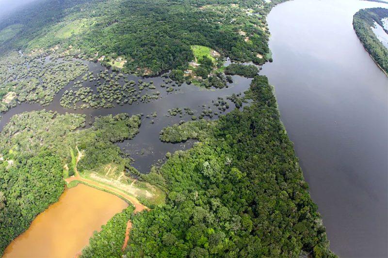 A barragem da mineração (curso de água avermelhada) está a 400 metros do Quilombo Boa Vista.