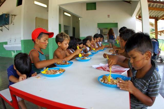 Almoço na escola da aldeia Piaçaguera (Foto: Carlos Penteado)